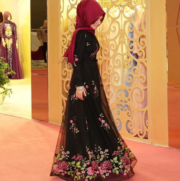 07f7b12808dca Pınar Şems çiçekli tesettür elbise