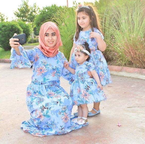 tesettür anne kız kombini mavi elbise